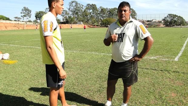 Treinador de goleiros e goleiro do juniores do América-MG assistem a treino do Taiti (Foto: Valeska Silva)