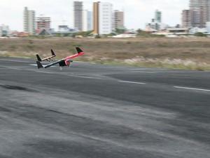 Mini aviões são projetados (Foto: Daniel Sarmento / Arquivo Pessoal)