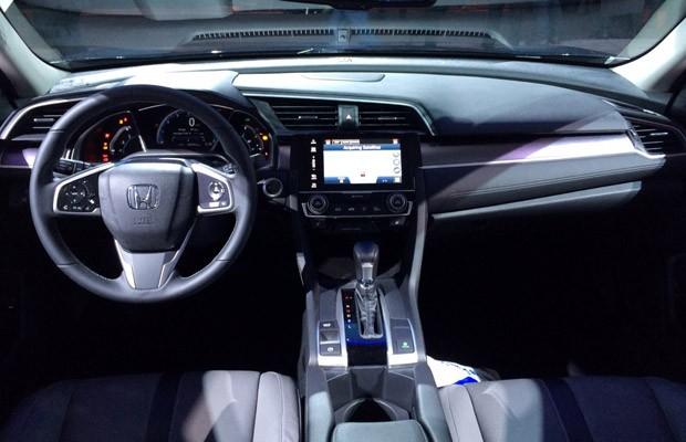 Civic ficou mais equipado e com acabamento sofisticado na versão mais cara (Foto: André Paixão/G1)