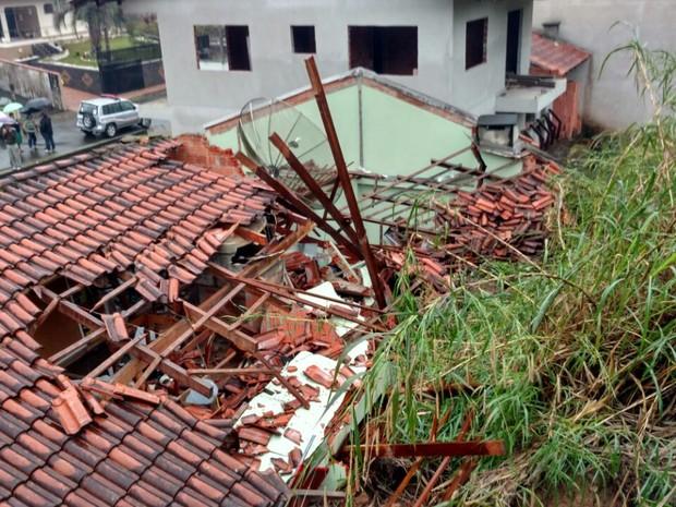Telhado de casa ficou destruído em Blumenau (Foto: Jaime Batista da Silva/Blog do Jaime)