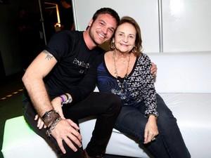 Emília Dantas e Lucinha Araújo nos bastidores de show no Rio (Foto: Alex Palarea e Felipe Assumpção / AgNews)