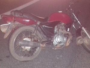 Vítima caiu da moto e foi atingida por um carro (Foto: Divulgação/Polícia Rodoviária Federal)
