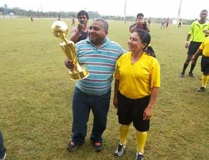 Petronilo Lopes entrega troféu para índia campeã no Torneio da Floresta (Foto: Divulgação/SEE)