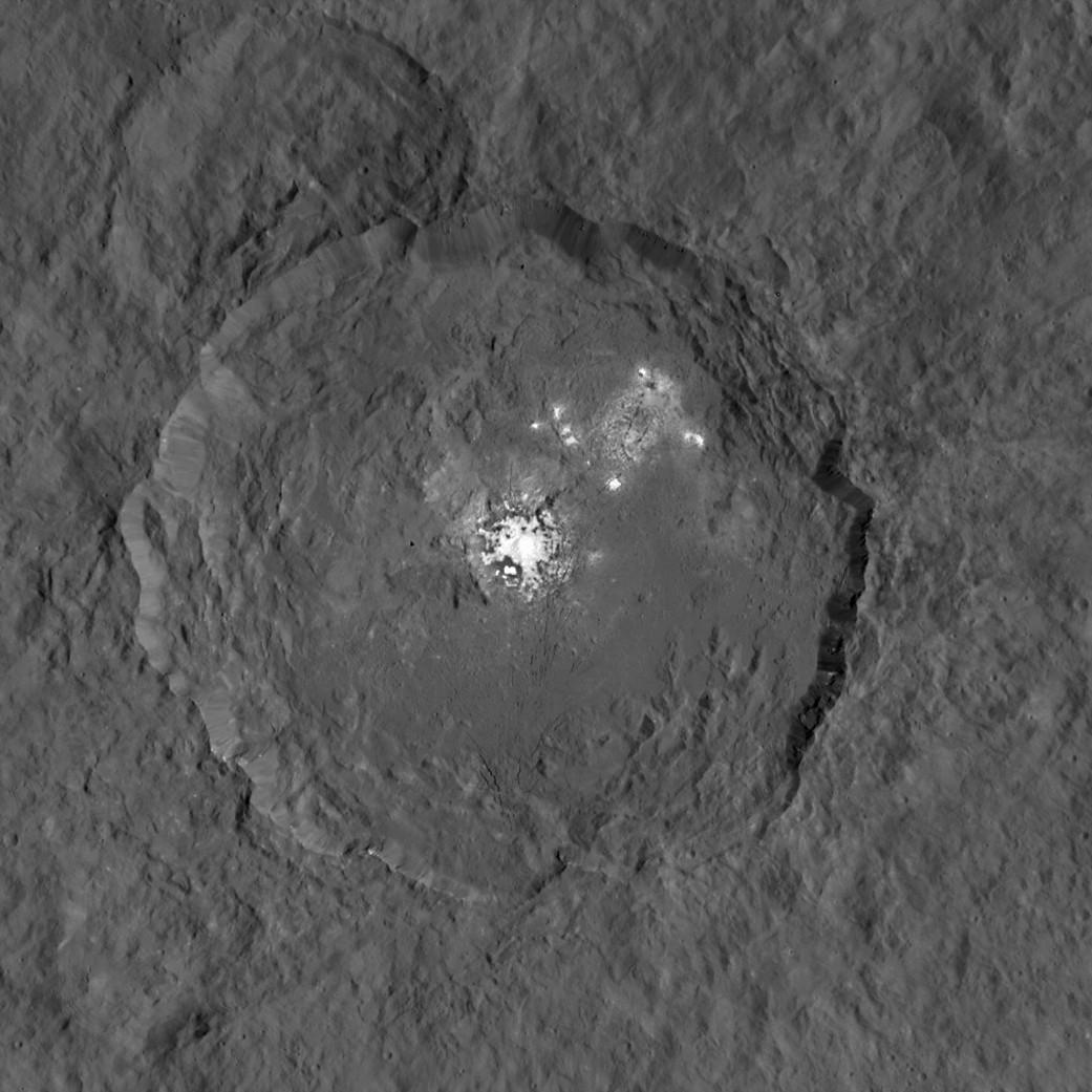 NASA divulga imagem detalhada dos pontos brilhantes de Ceres