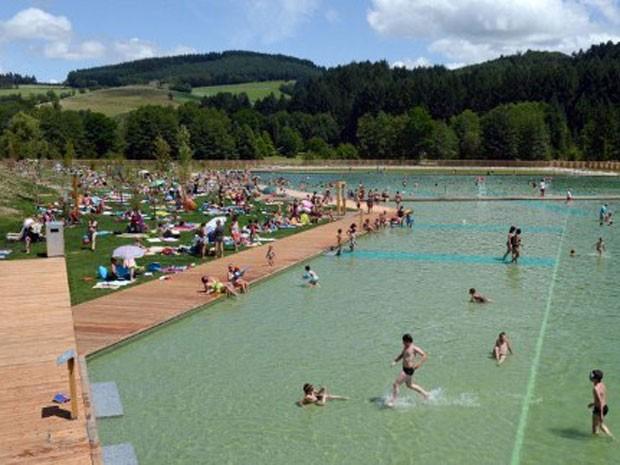 Plantas purificam lago artificial usado por moradores em - Agua de piscina verde ...