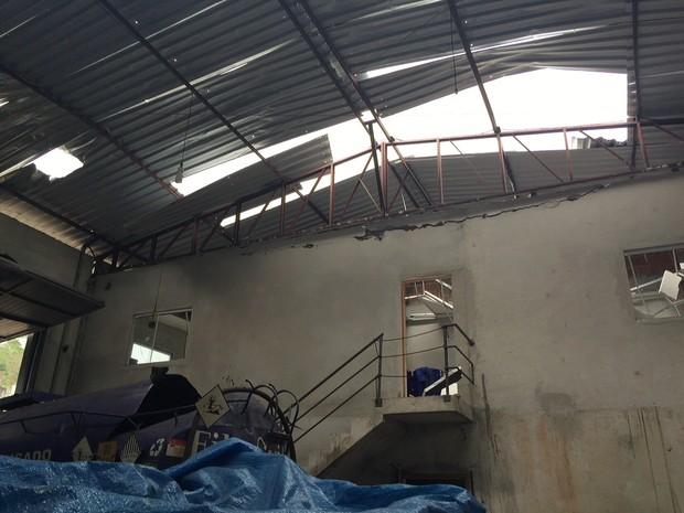 Vítima foi arremessada até o teto, cerca de 10 a 15 metros (Foto: Corpo de Bombeiros/Divulgação)