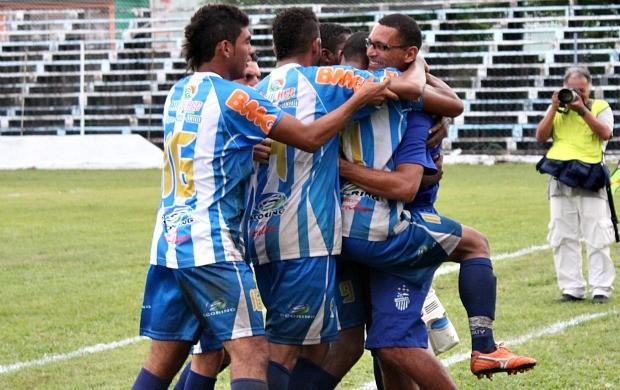 Jogadores abraçam técnico Sérgio Duarte (Foto: Anderson Silva/Globoesporte.com)