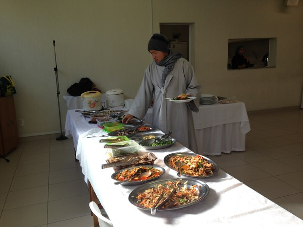 Coreano se serve de pratos típicos coreanos  (Foto: Vinícius Guerreiro/G1)