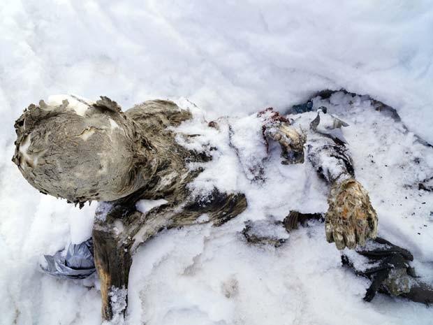 Corpo mumificado é visto nesta quinta-feira (5) no vulcano Citlaltepetl, no México (Foto: REUTERS/Hilario Aguilar)