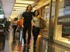 Depois da praia, Cleo Pires e Rômulo Neto passeiam em shopping