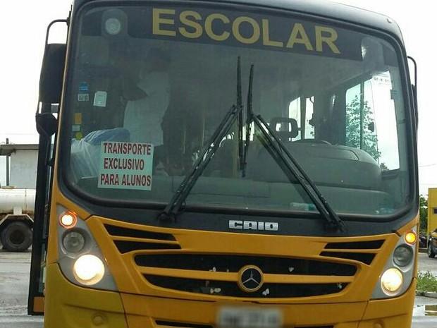 Segundo a PRF, coletivo realizava transporte irregular de pessoas (Foto: Divulgação/PRF)
