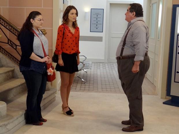 Vicente descobre que Bia está se consultando com Adriana, possível mãe de Laura (Foto: Rodrigo Brisolla/ Gshow)