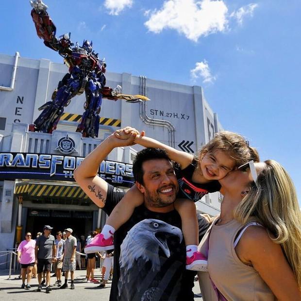 Com os pais nos estúdios de Transformers (Foto: Reprodução/ Instagram)
