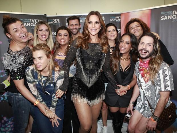 Ivete Sangalo com famosos em bastidores de show na Zona Oeste do Rio (Foto: Isac Luz/ EGO)