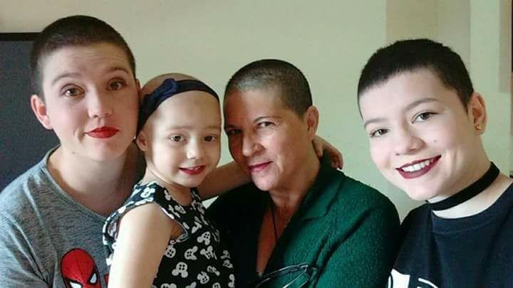 As avós e tias de Maria Clara (ao centro) decidiram raspar a cabela para apoiá-la no tratamento contra o câncer (Foto: Arquivo Pessoal)