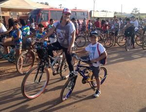 Mãe e filho participam da Bike Trilha, em Guajará-Mirim (Foto: Júnior Freitas)