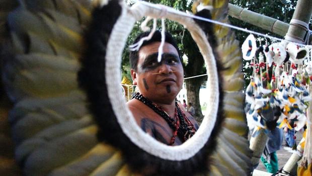 Almir Wanaizukar, da tribo manoki, de Mato Grosso, vendeu cocar feito de penas de arara por R$ 150 (Foto: Glauco Araújo/G1)