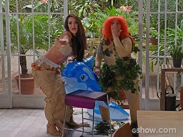 Rita e Selma mandam beijinho para as invejosas (Foto: Além do Horizonte/TV Globo)