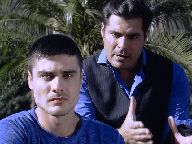 Marcos pede para Gustavo lhe ajudar contra Caíque (Foto: TV Globo)