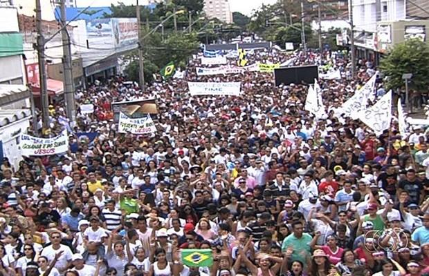 A Avenida Tocantins, na região central da capital, ficou tomada pela multidão (Foto: Reprodução/TV Anhanguera)