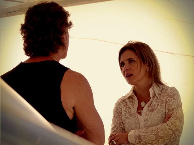 Carminha procura Max para contar do sequestro (Foto: Avenida Brasil / TV Globo)