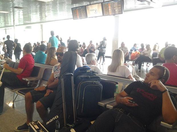 Passageiros esperam voo no aeroporto de Congonhas, em São Paulo, na tarde de domingo (8) (Foto: Simone Cunha/G1)
