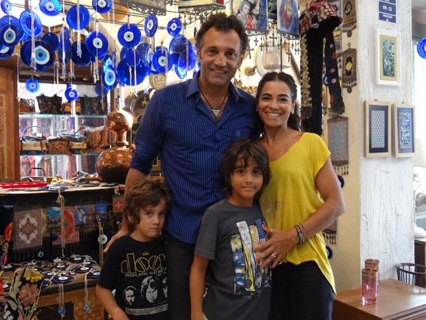 Domingos e família na cidade cenográfica de Salve Jorge (Foto: Salve Jorge/ TV Globo)