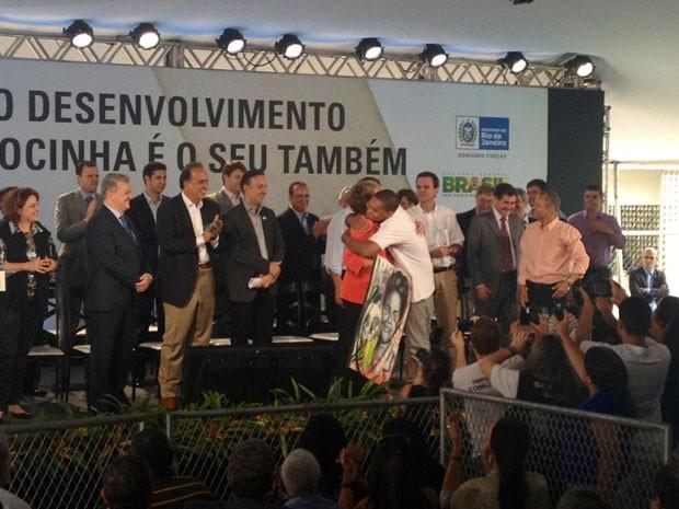 Dilma recebe quadro de morador da Rocinha durante cerimônia (Foto: Cristiane Cardoso/G1)