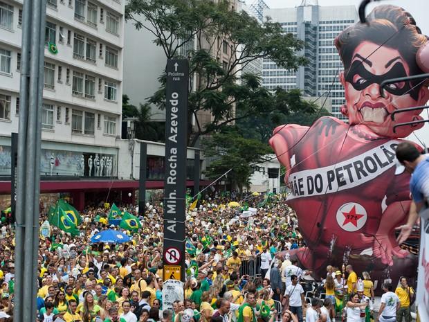 SÃO PAULO - Boneco gigante de Dilma Rousseff na manifestação na Avenida Paulista (Foto: Alexandre Moreira/G1)