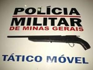 Após roubo menores são apreendidos com arma em Divinópolis (Foto: Polícia Militar / Divulgação)
