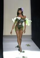 Aos 44 anos, Naomi Campbell exibe boa forma em desfile na França