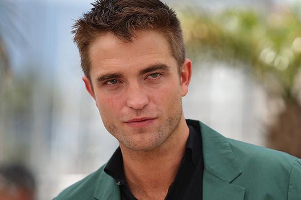 """Desde que estrelou 'Crepúsculo', em 2008, Robert Pattinson teve poucos momentos de sossego. E o ator não hesita em apontar culpados pela sua falta de tranquilidade. """"Em Los Angeles, eu tenho quarenta segundas do momento que eu chego a algum lugar até que alguém me peça por um autógrafo. É culpa do Twitter. Se esse site não existisse, eu estaria em paz"""", afirmou. (Foto: Getty Images)"""