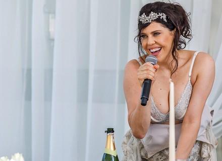 Nelita dá vexame e tira a roupa em seu casamento