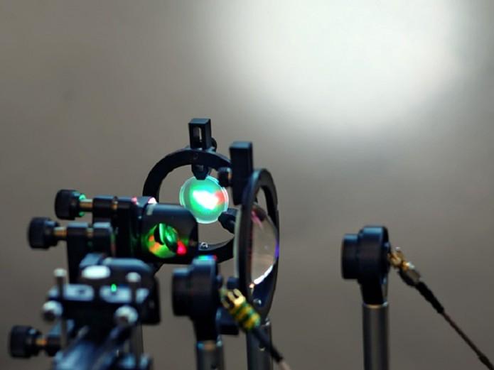 Nova tecnologia utiliza diodos de laser para aumentar velocidade (Foto: Reprodução/IEEE)