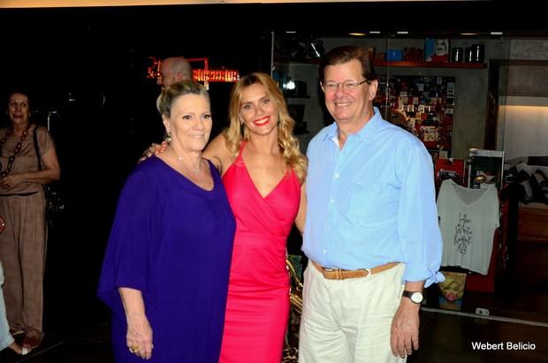 Carolina Dieckmann acompanhada de seus pais (Foto: Webert Belicio / Ag News )