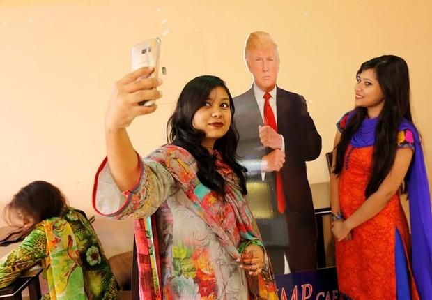 Clientes fazem selfie com efígie do presidente norte-americano Donald Trump, no Trump Cafe, em Dacca, Bangladesh (Foto: Abir Abdullah/EFE)