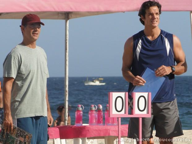 Léo propõe a Serjão que os dois posem para calendário de treinadores (Foto: Louco por Elas / TV Globo)