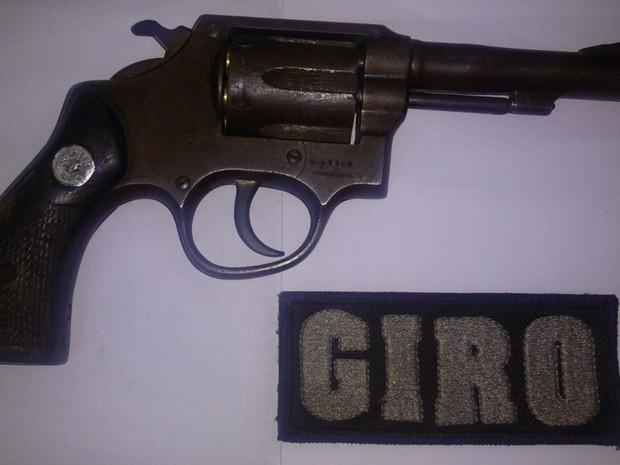 Policiais militares apreenderam arma com suspeito, em Goiânia, Goiás (Foto: Divulgação/PM)