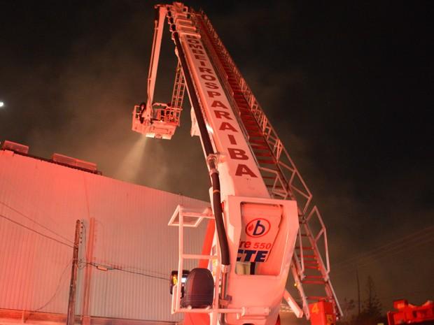 Combate ao incêndio foi feito com auxílio da viatura do tipo autoplataforma do Corpo de Bombeiros Militar (Foto: Walter Paparazzo/G1)