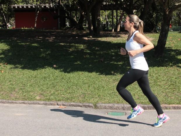 Kênia, hoje com 36 anos, corre e se prepara para correr Meia Maratona Internacional no Rio de Janeiro (Foto: Arquivo pessoal/Kênia Carneiro de Oliveira )