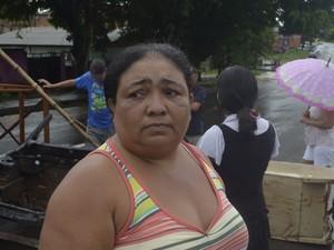 Dona de casa Jucilene Moura cobrou mais atenção do poder público (Foto: Abinoan Santiago/G1)