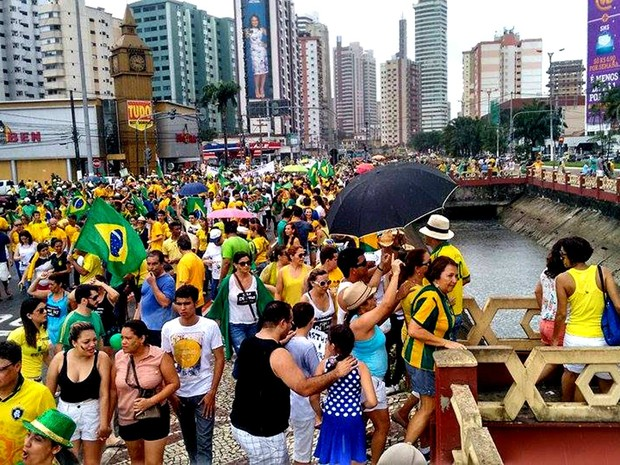 Segundo estimativa da Polícia Militar, 30 mil pessoas participam dos atos, que seguem rumo à avenida Visconde de Souza Franco (Foto: Alexandre Yuri/ G1)