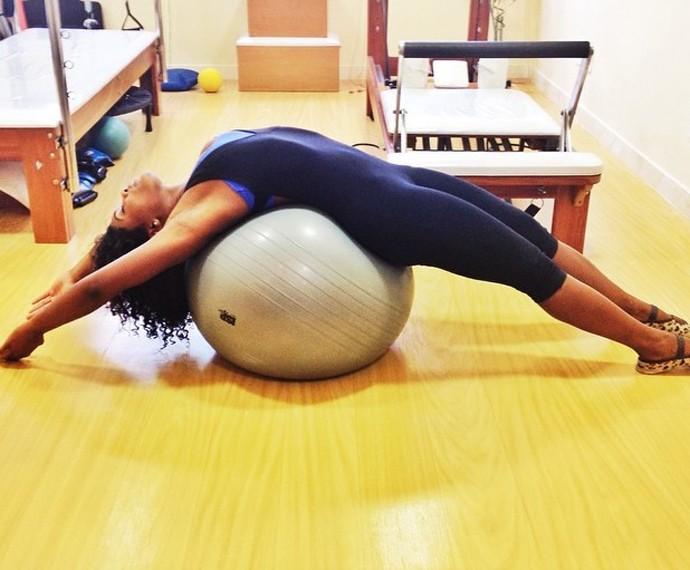 Alongamento ajuda Erika Januza a melhorar postura (Foto: Arquivo Pessoal)