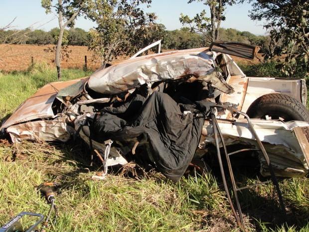 Caminhonete ficou destruída após colisão na BR-050, em Pires Belo, Goiás (Foto: Reprodução/ Polícia Rodoviária Federal)