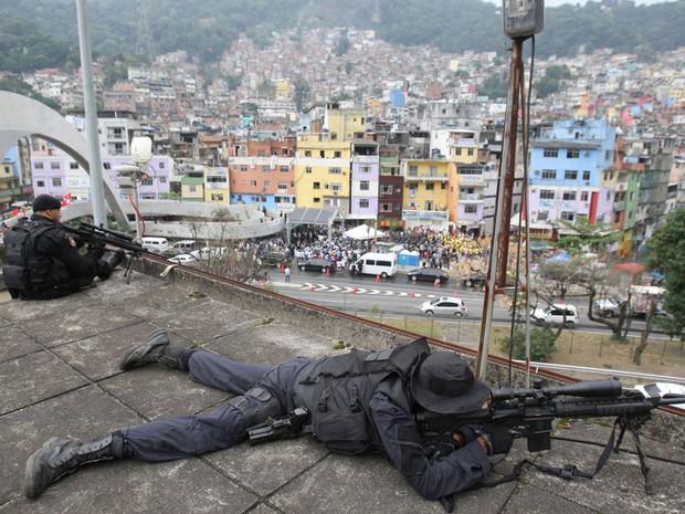 Policiais monitoram do alto região da Favela da Rocinha, na inauguração da maior Unidade de Polícia Pacificadora (UPP) das 28 unidades instaladas no Rio de Janeiro. Serão 700 policiais para patrulhar 25 subcomunidades, onde moram 69 mil pessoas. (Foto: Tasso Marcelo/AE)
