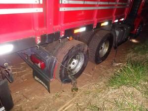 Carro se chocou com um carreta na rodovia em Jaú (Foto: Corpo de Bombeiros/ Divulgação)