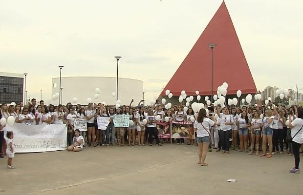 Fãs se reuniram para cantar músicas de Cristiano Araújo, em Goiânia, Goiás (Foto: Reprodução/TV Anhanguera)