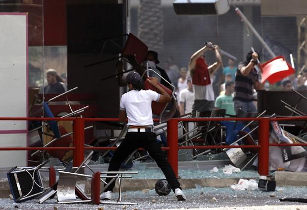 Libaneses depredam a lanchonete nesta sexta-feira (14) em Trípoli (Foto: AFP)
