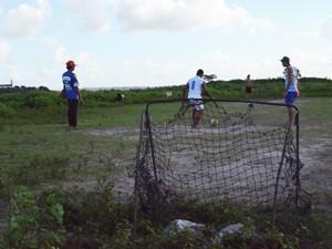 Jovens improvisam campinho em terreno plano do antigo Lixão. (Foto: Aline Oliveira/G1)