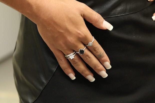 Amanda Djehdian exibe anel de diamante que ganhou de namorado (Foto: Thais Aline / Ag Fio Condutor)